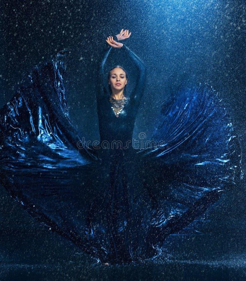 在水下的年轻美好的现代舞蹈家跳舞下降 免版税库存照片