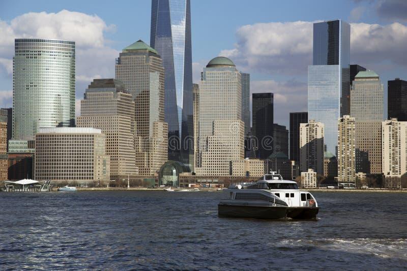 在以世界贸易中心一号大楼(1WTC),自由塔,纽约,纽约,美国市,纽约为特色的水的纽约地平线 库存照片