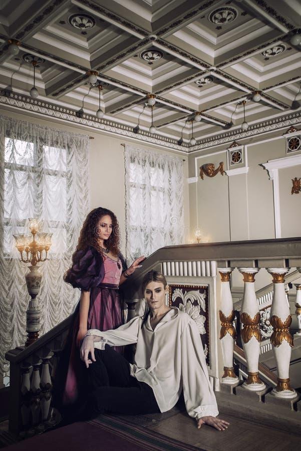 在18世纪的衣物的美好的夫妇 免版税库存图片