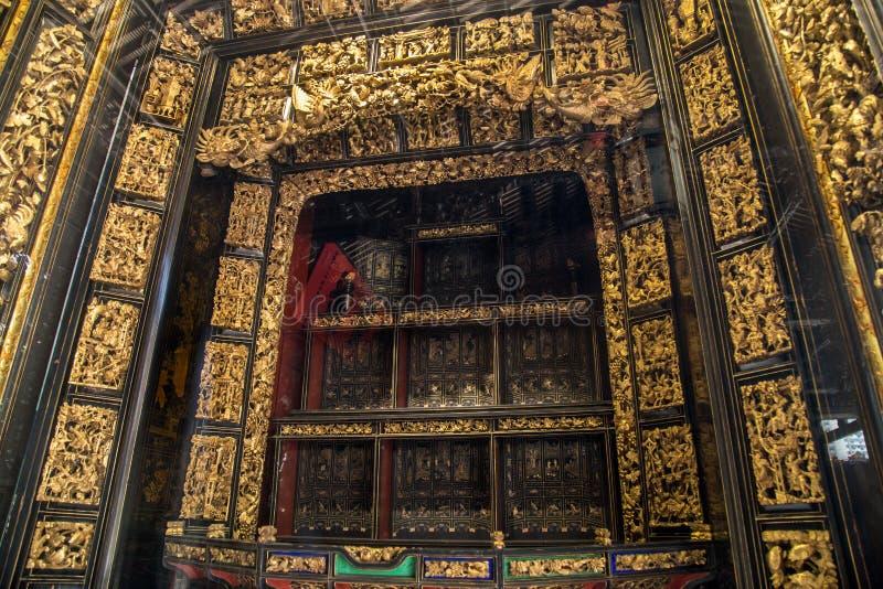 在19世纪,潮州使用艺术珍贵的木雕刻崇拜祖先和神话图 库存照片