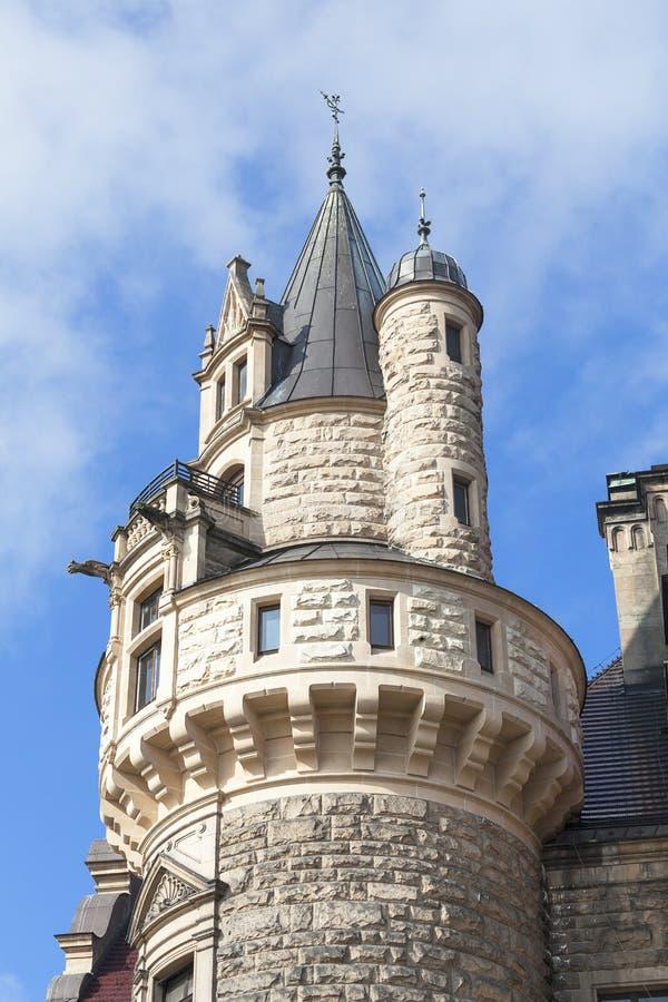 在17世纪Moszna城堡在一个晴天,波兰的看法 库存图片