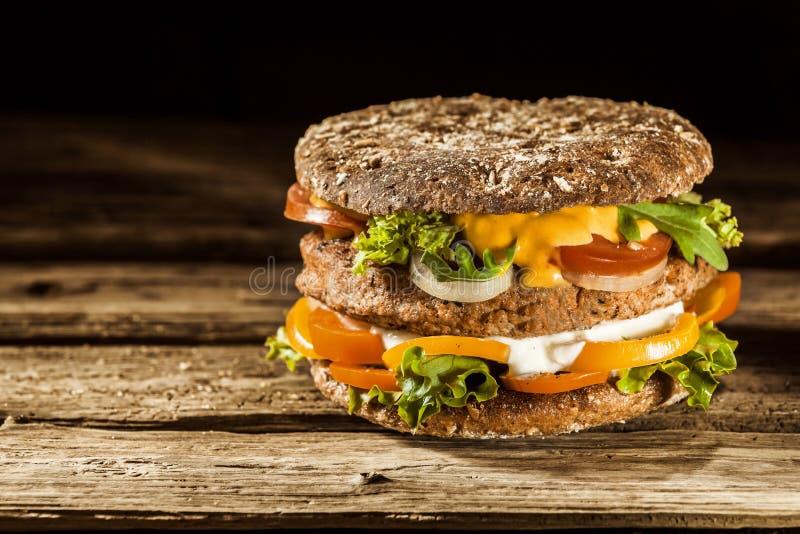 在整个五谷小圆面包的健康汉堡 库存照片