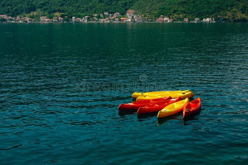 在水中停泊的皮船 没有人的空的皮船 在.eps文件,分别地编组每个元素 免版税库存图片