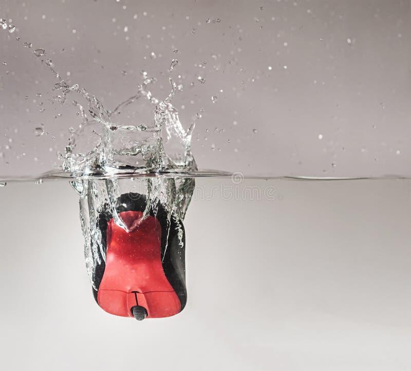 在水中投下的计算机老鼠 免版税库存照片