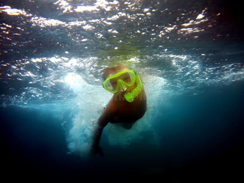 在水之下的男孩 图库摄影