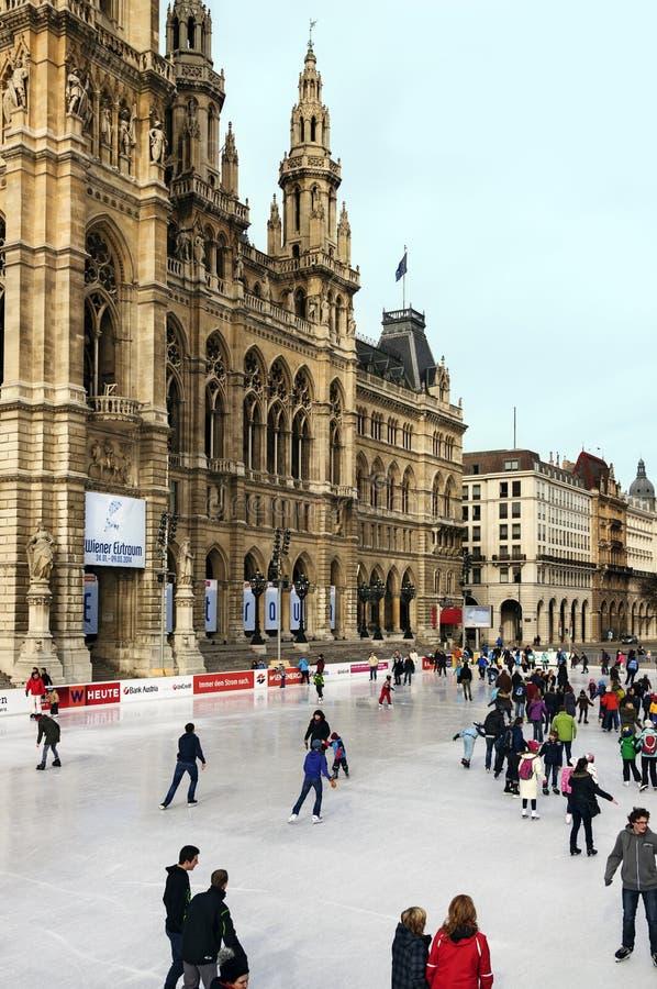在维也纳城镇厅前面的滑冰场 奥地利 库存照片