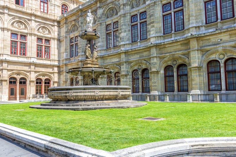 在维也纳歌剧院前面的喷泉,奥地利 免版税库存图片