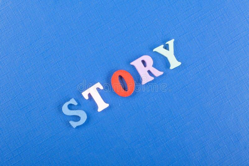 在从五颜六色的abc字母表块木信件组成的蓝色背景,广告文本的拷贝空间的故事词 了解 免版税库存照片