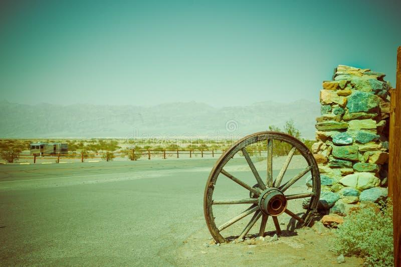 在死亡谷国家公园的老马车车轮 免版税库存照片