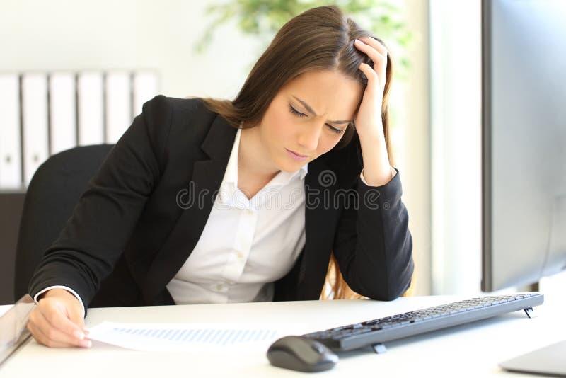 在破产以后的沮丧的被破坏的女实业家 免版税库存照片