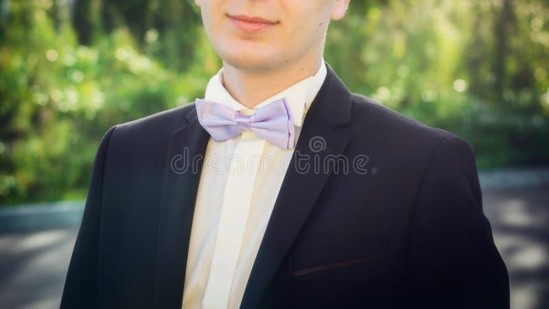 在年轻人,特写镜头的弓领带 免版税库存图片