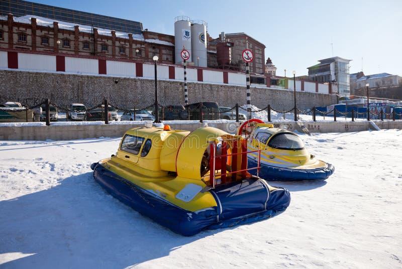 在冻伏尔加河的冰的气垫船翼果的在t附近 免版税库存图片