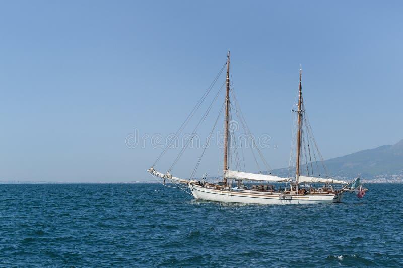 在索伦托,背景的维苏威乘快艇 图库摄影