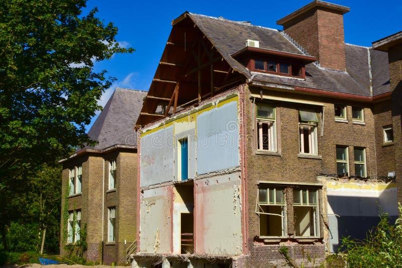 在整修之前部分地被拆毁的房子大块 库存照片