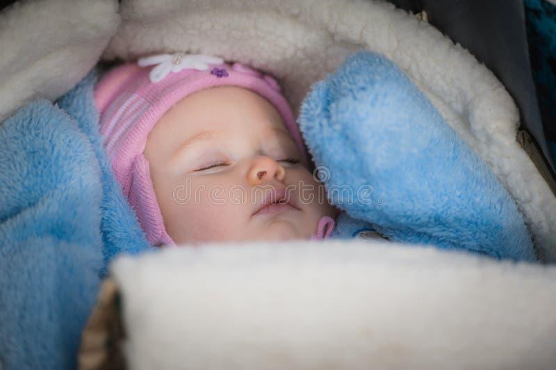 在婴儿推车的睡觉的婴孩 平安 免版税库存照片