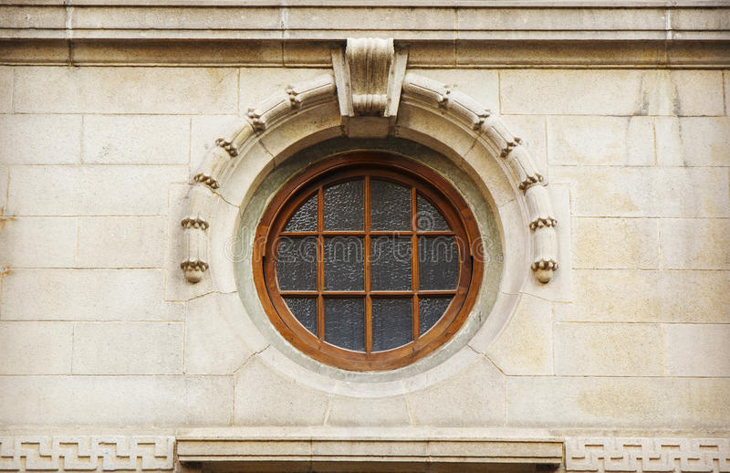 在经典样式的葡萄酒圆的窗口 库存图片