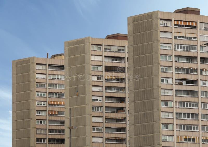 在系列的三个相同大厦 天空在背景中 库存照片
