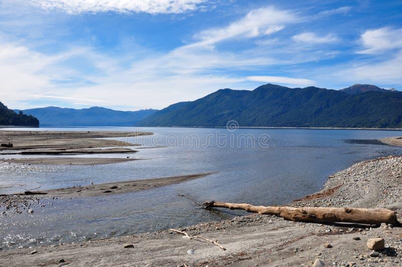 在维利亚里卡火山,智利附近的Caburgua海滩 免版税库存照片