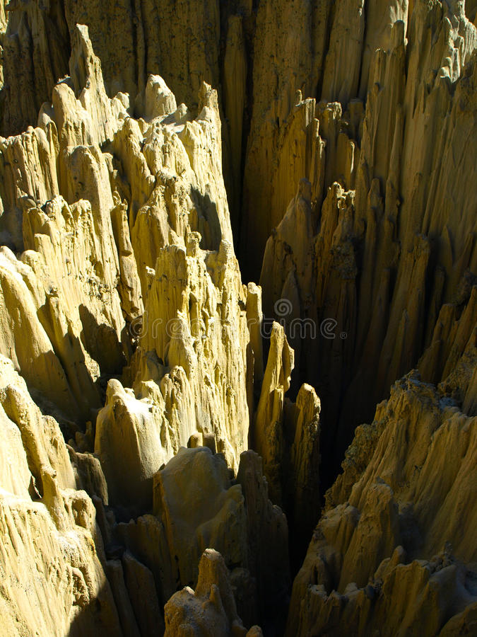 在玻利维亚的月亮谷的锋利的岩石柱子 免版税库存图片