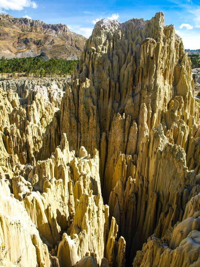 在玻利维亚的月亮谷的锋利的岩石柱子 免版税图库摄影