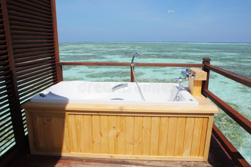 在水别墅,马尔代夫的室外浴缸 免版税库存照片