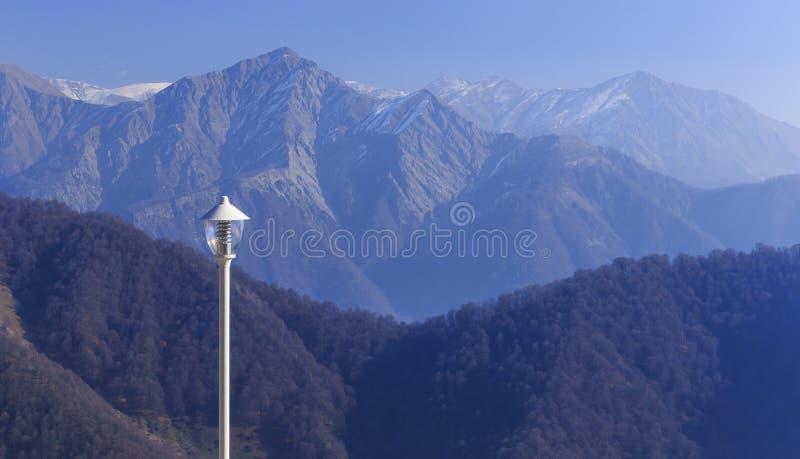 在更加伟大的Caucas的山的背景的灯笼 图库摄影
