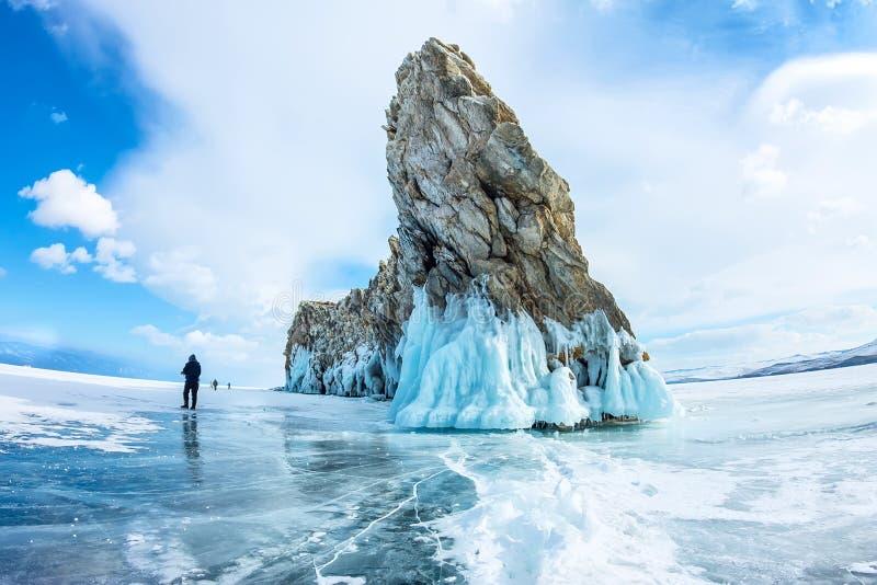 在贝加尔湖的透明冰在Ogoy海岛附近 西伯利亚,俄国 库存图片