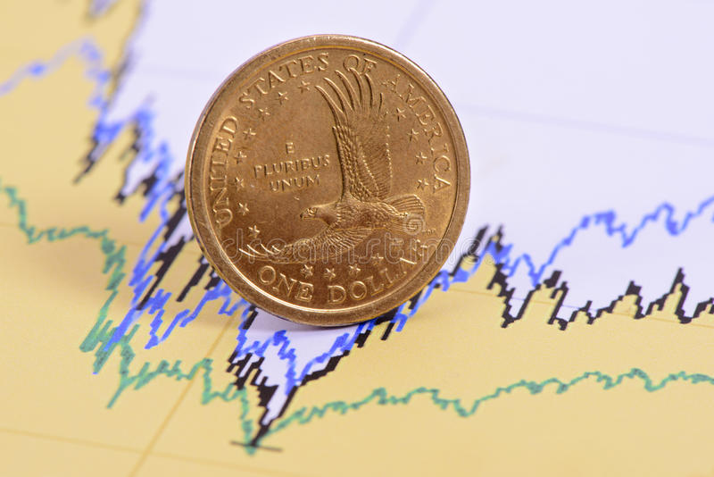在财务图的美元硬币 免版税库存照片