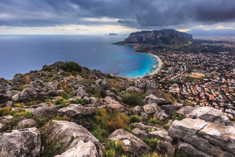 在巴勒莫附近的山坡在海,西西里岛, Ital 免版税库存图片