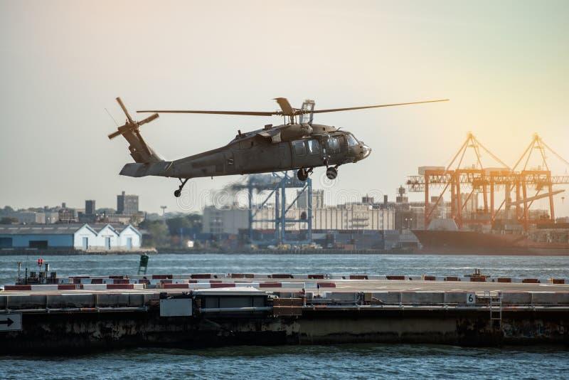 在直升机场的军事直升机着陆在纽约 库存图片