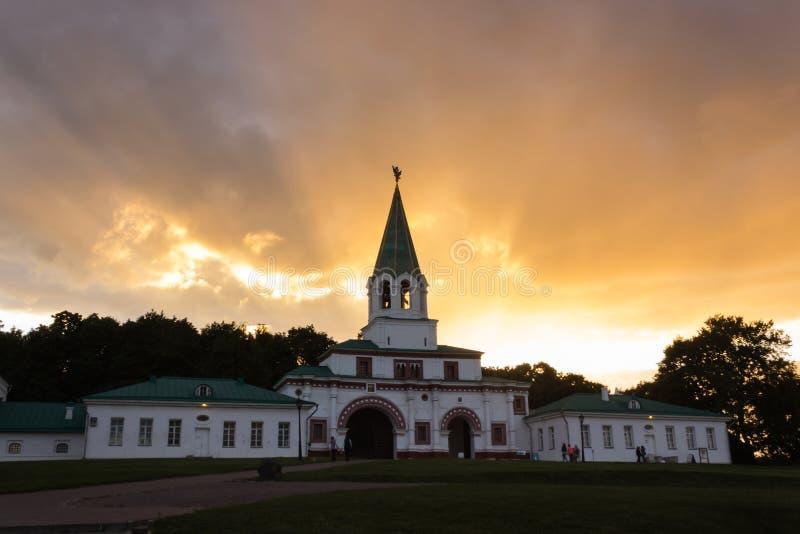 在兴建博物馆背景的日落Kolomenskoye 001 库存照片