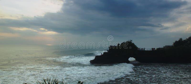 在巴厘岛,印度尼西亚祀奉有云彩的寺庙在海滩 免版税图库摄影