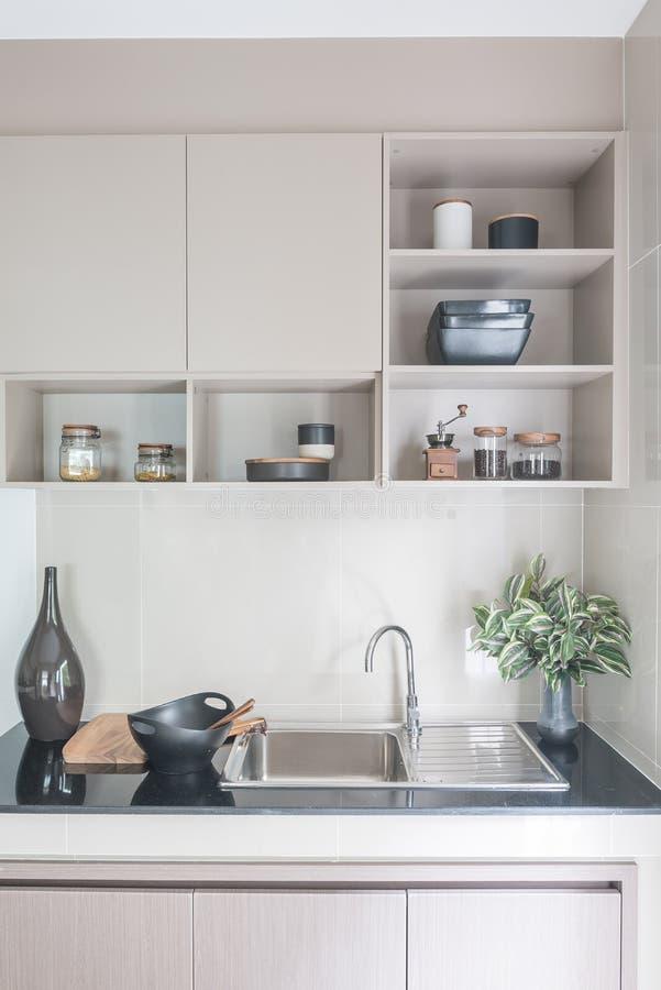 在黑厨台的现代水槽 库存图片