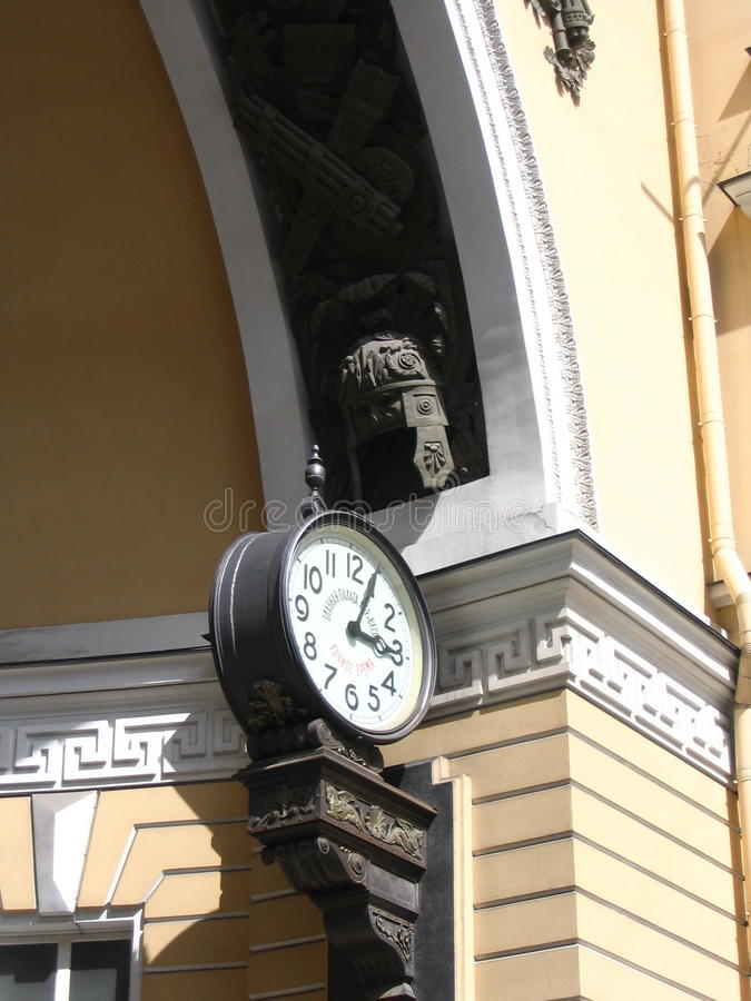 在总参谋部的thе曲拱的时钟圣的Petersbourg 免版税库存照片