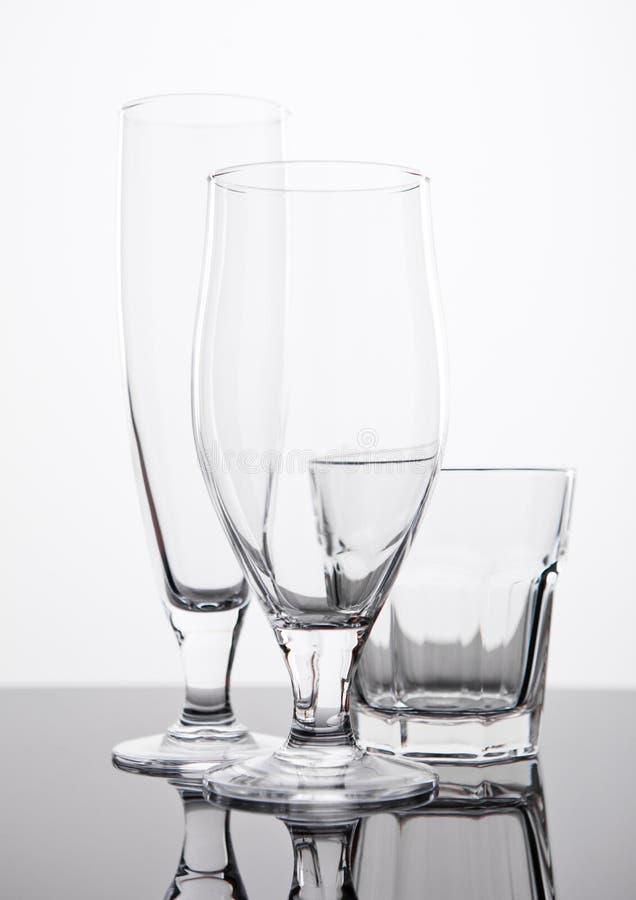 在黑反射的啤酒和威士忌酒玻璃上 免版税库存照片
