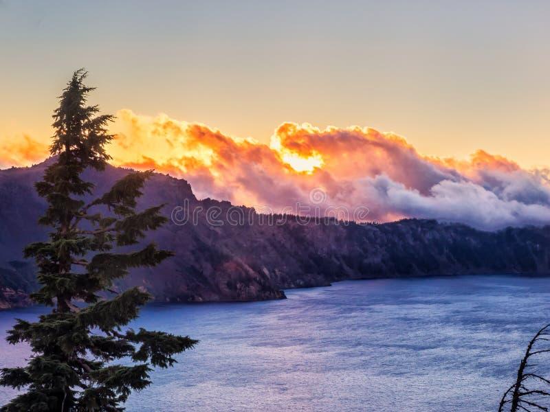 在水反射的日落在Crater湖 免版税库存照片
