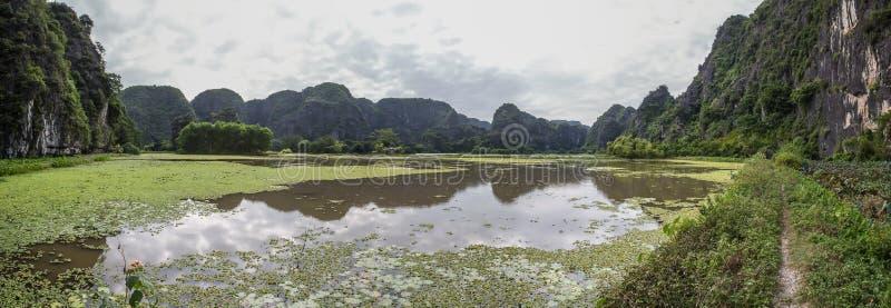 在水反映的山 免版税库存照片