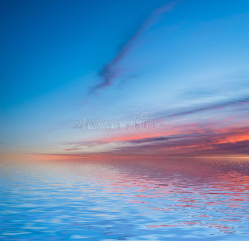 在水反映的日落 免版税库存图片