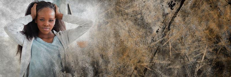 在头发和棕色难看的东西转折的沮丧的妇女手 图库摄影