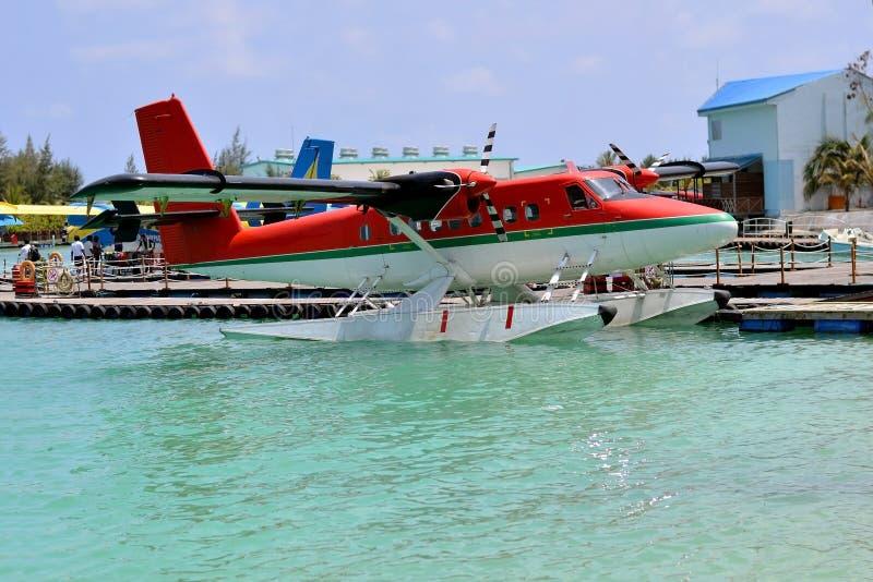在水口岸的水上飞机着陆在绿松石水,马尔代夫 库存图片