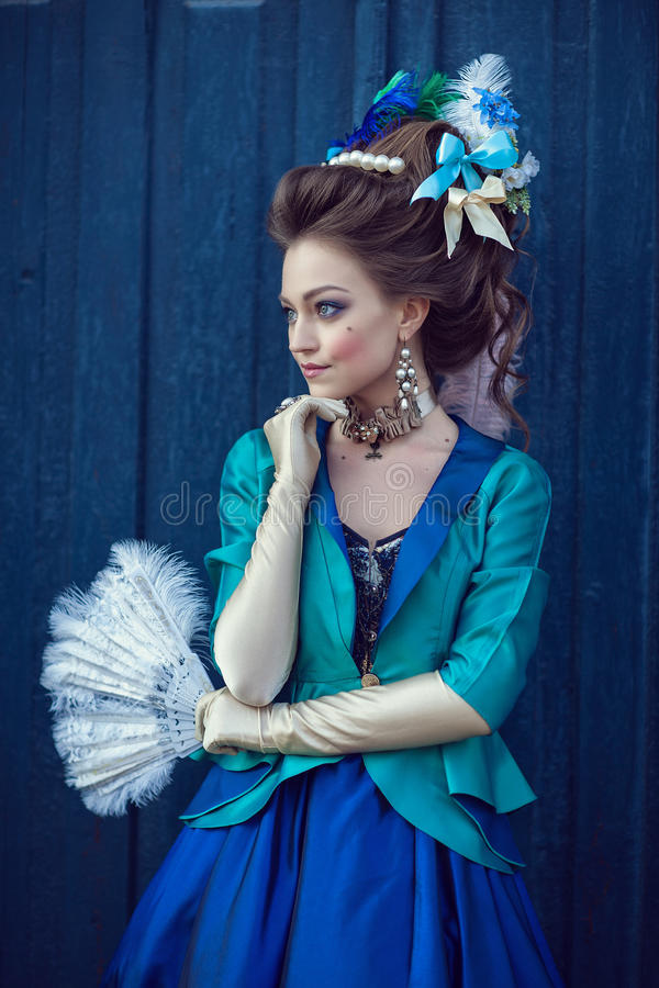 在洛可可式的样式打扮的美丽的白种人女孩 图库摄影