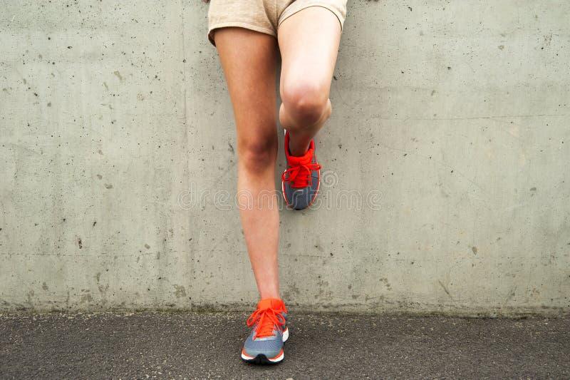 在以后的女孩腿由墙壁负责 仅行程 库存照片
