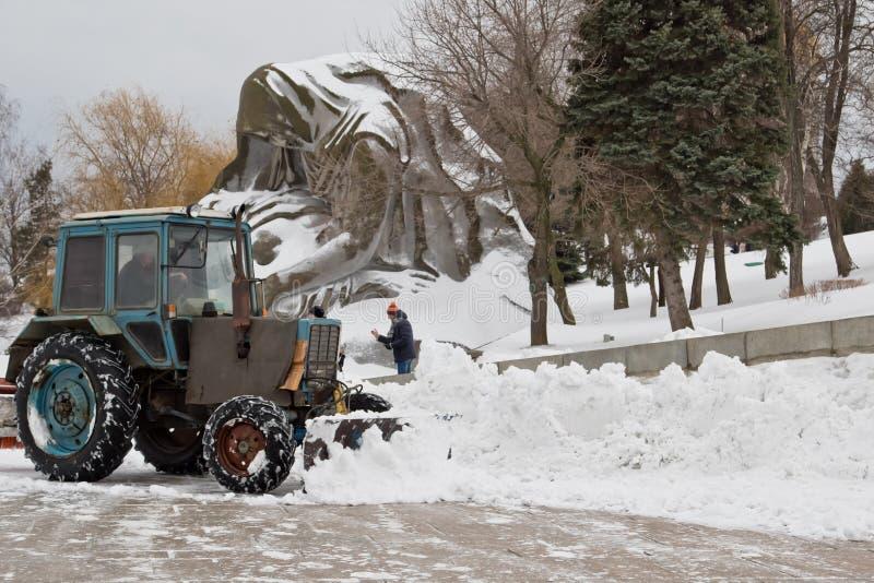 在以后的积雪的清除降雪纪念复杂Mamaev库尔干 库存照片