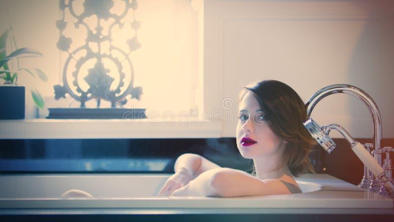 在浴和放松在luxu的美丽的少妇 库存照片