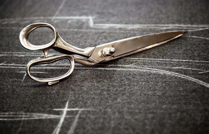 download 在织品的裁缝剪刀 库存图片.