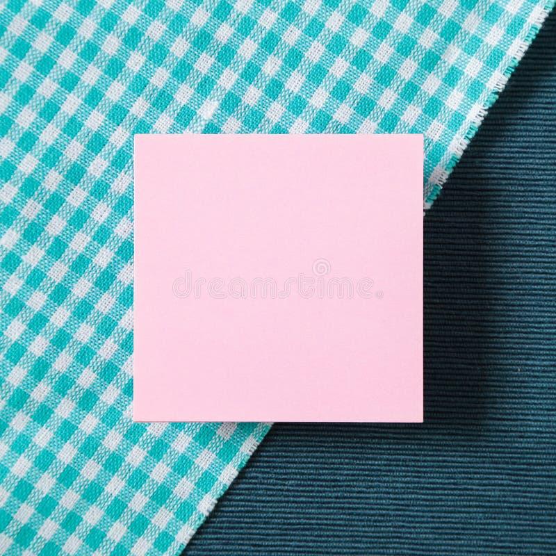 在织品背景的备忘录纸 免版税库存图片