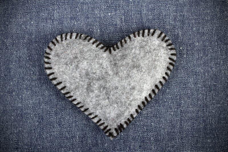 在织品背景的心脏 图库摄影