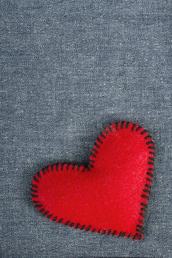 在织品背景的心脏 免版税库存图片