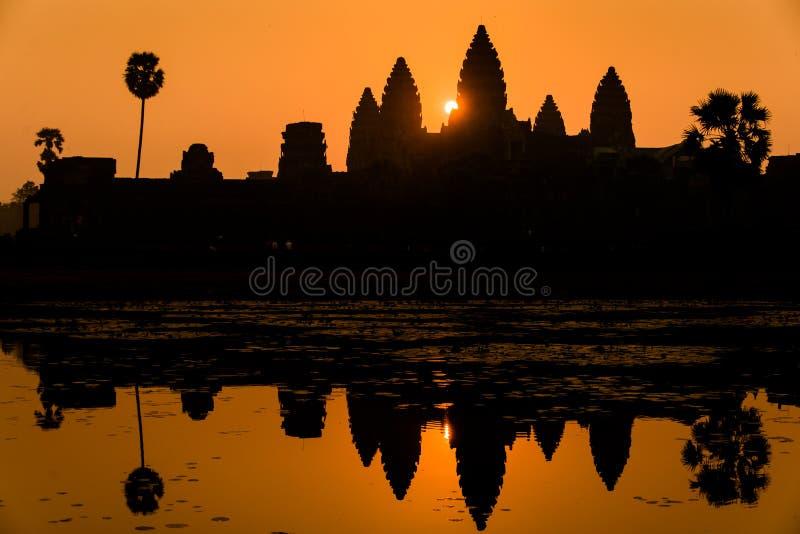 在吴哥窟柬埔寨的壮观的干净的日出。 库存照片
