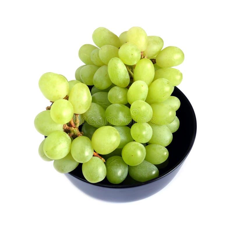 在黑圆的碗顶视图的成熟绿色葡萄莓果 库存图片